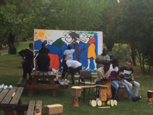 Painting the mural! Dipingono il murales!